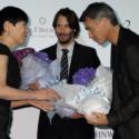 和田アキ子(ゲスト)、キアヌ・リーヴス、チャド・スタエルスキ監督に花束贈呈