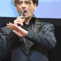 ジョニー・デップ、マイクを逆さにもち、通訳を真似たエア日本語を披露