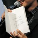 「To Takanori Iwata」と書かれたサインを見て、さらにテンションをあげていた岩ちゃん