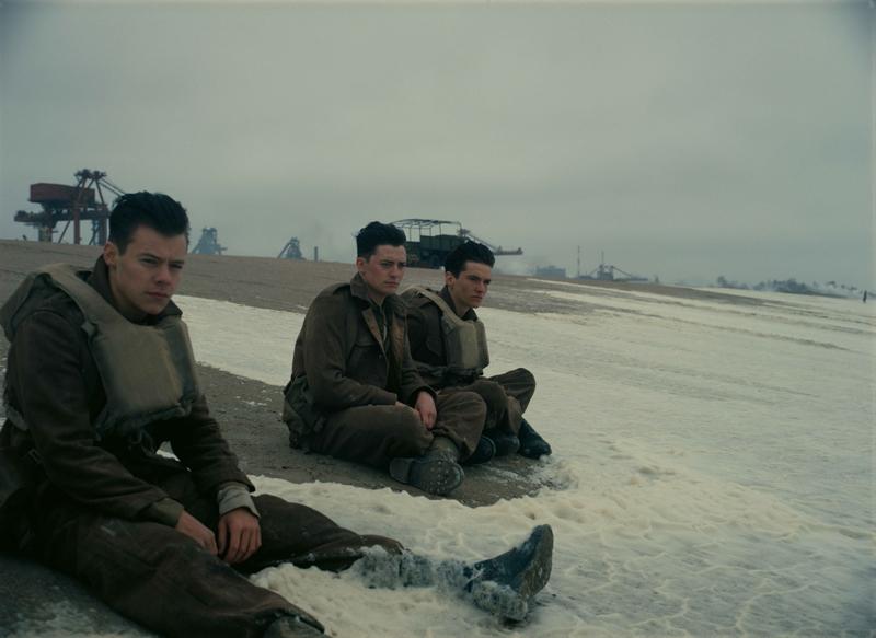 左からアレックス役のハリー・スタイルズ、アノイリン・バーナード、フィン・ホワイトヘッド