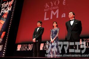 左からワーナー日本代表、本田翼、曽利文彦監督、第30回東京国際映画祭オープニングセレモニーにて