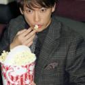 佐藤健、ポップコーンを食べる