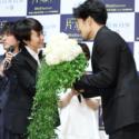 37歳を迎えた大谷亮平さんの誕生日当日、主演の中谷美紀さんが選んだ花束のプレゼントする一幕も