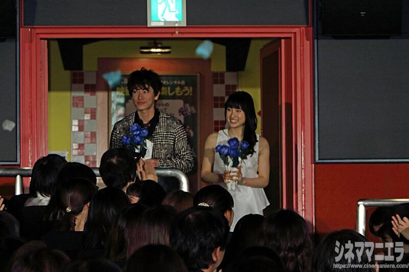 客席後方より入場する佐藤健と土屋太鳳
