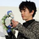 佐藤健、青い薔薇とダイヤモンドリリーの花冠を土屋太鳳にプレゼント!