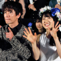 佐藤健と土屋太鳳、テレビカメラに決めポーズ