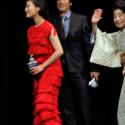 堺雅人と中村玉緒、去り際に手をふる