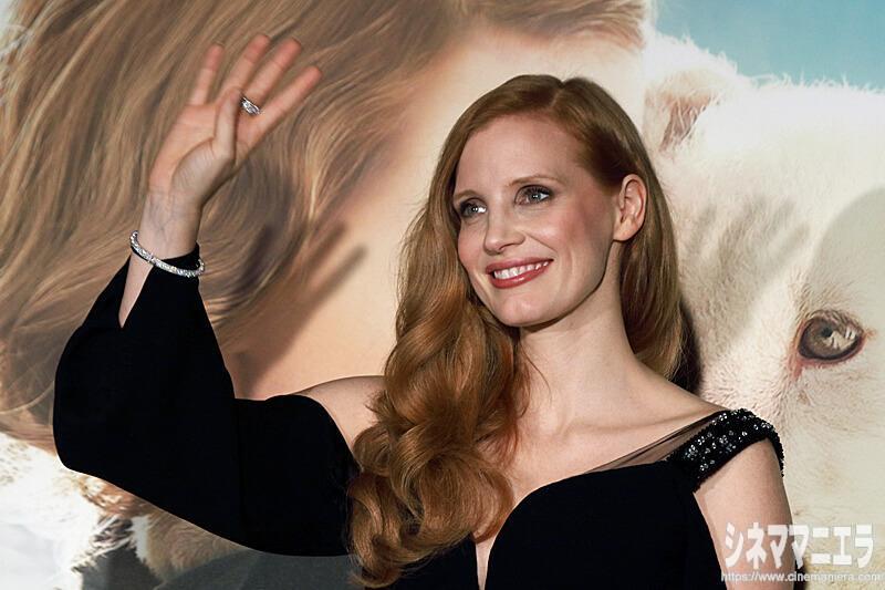 手を振るジェシカ・チャステイン、映画『ユダヤ人を救った動物園 ~アントニーナが愛した命~』来日会見