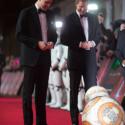イギリス王室のウィリアム王子とヘンリー王子、ドロイドのBB-8に迎えられ笑顔