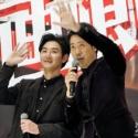 生中継をご覧のみなさんに手を振る大泉洋と松田龍平