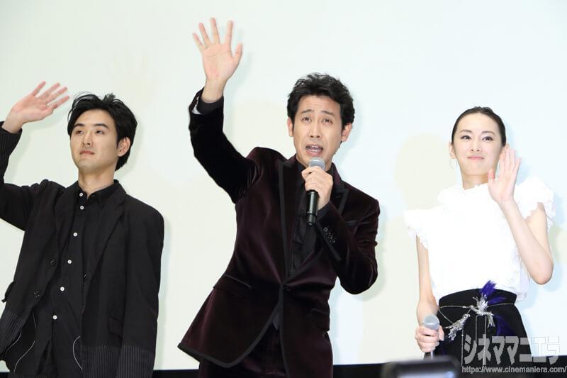 左から松田龍平、大泉洋、北川景子