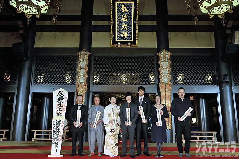 左から夢枕獏(原作者)、火野正平、松坂慶子、染谷将太、阿部寛、チャン・ロンロン、チェン・カイコー監督