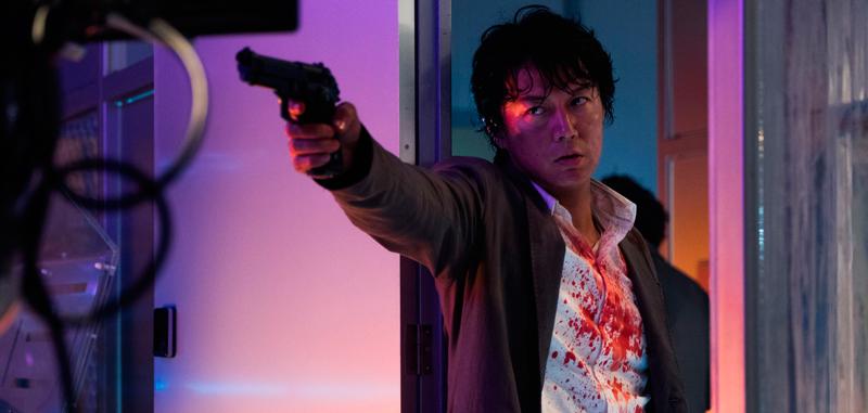 拳銃をかまえる刑事の矢村(福山雅治)、映画『マンハント』(ジョン・ウー監督)より