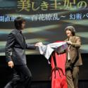 阿部寛、染谷空海の幻術の仕掛けを探ろうとするの図