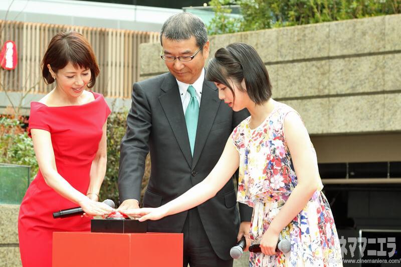 左から沢口靖子さん、島谷能成代表取締役社長、浜辺美波さん、除幕ボタンを押す
