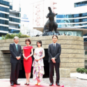 左から島谷能成代表取締役社長、沢口靖子さん、浜辺美波さん、大田圭二取締役