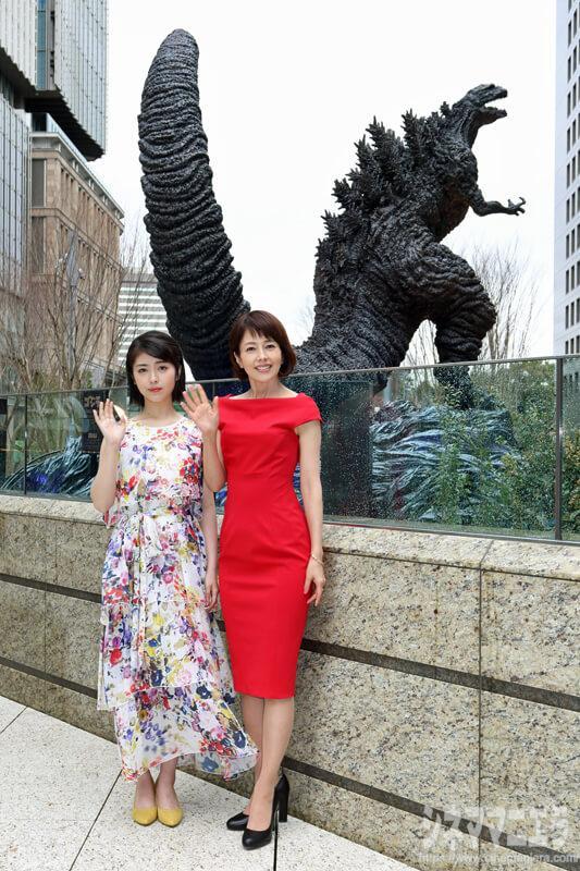 沢口靖子と浜辺美波、笑顔で新・ゴジラ像と!
