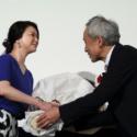 夏川に、感謝の意を込めて、夫役の西村から100本の薔薇の花束が贈られた