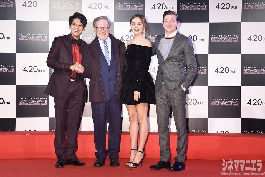 左から森崎ウィン、スティーヴン・スピルバーグ監督、オリビア・クック、タイ・シェリダン