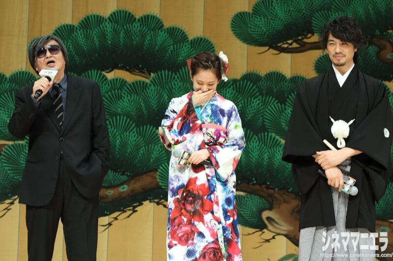 鶴橋監督は「僕は(人の縁と運が)ついています! あっちゃんと(斎藤)工さんに、これからの映画と舞台を引き継いでもらいます!」と新たな才能に期待を寄せる