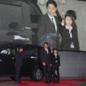 北米トヨタ製造のSUV車セコイアに乗りW主演の東出昌大さんと新田真剣佑さん、二台目に森川葵さん、北村匠海さん、町田啓太さんが乗り会場のレッドカーペットに到着