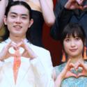 菅田将暉×土屋太鳳「とな怪」ポーズでフォトセッション!