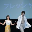 ステージに登場!真剣な表情の菅田将暉と、両手を振りながら笑顔で登場する土屋太鳳