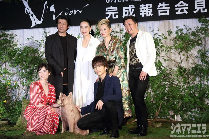 後列左から永瀬正敏、河瀨直美監督、夏木マリ、小曽根真 前列左から美波、岩田剛典