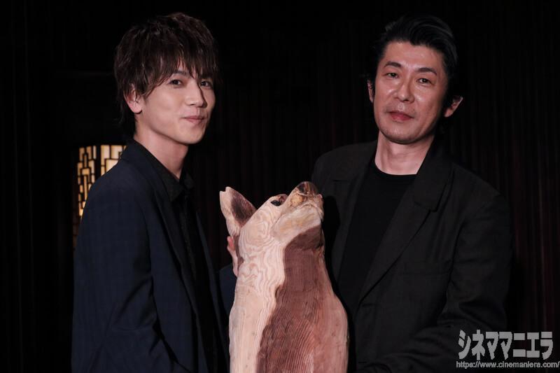 永瀬正敏×岩田剛典(EXILE、三代目 J Soul Brothers from EXILE TRIBE)、犬のオブジェを手に
