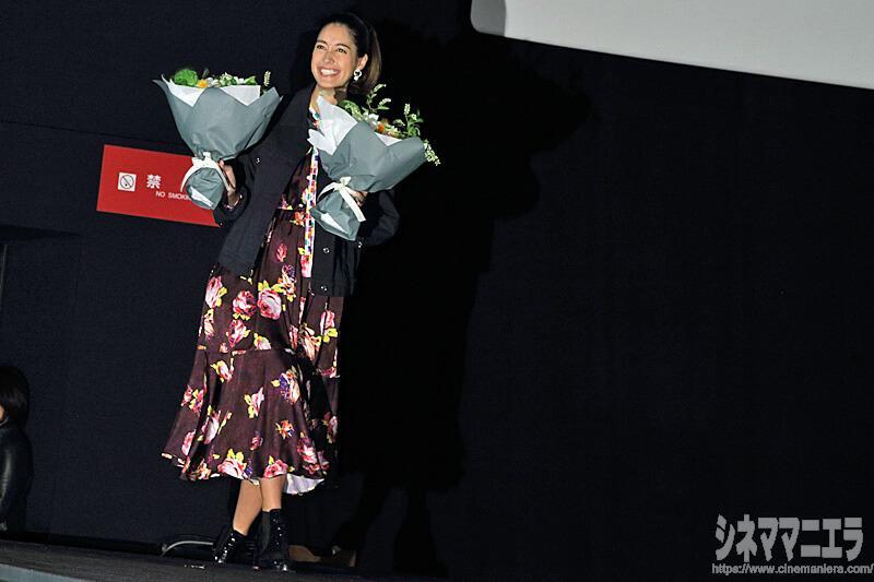 森泉、両手に花束を抱えて笑顔で登場!観客から驚きの声も!
