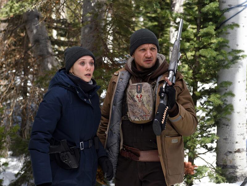 コリー・ランバート(ジェレミー・レナー)とFBI 捜査官ジェーン(エリザベス・オルセン)、映画『ウインド・リバー(原題 Wind River )』より