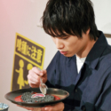鈴木伸之、カネキの隻眼カレーを召し上がるの図
