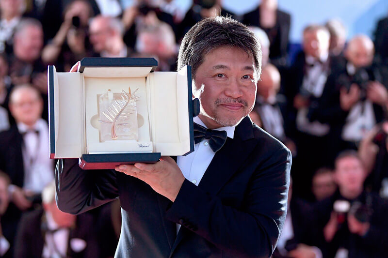 トロフィーを手にした是枝裕和『万引き家族』カンヌ最高賞受賞!