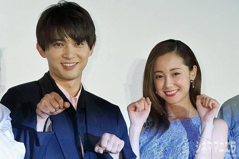 吉沢亮と沢尻エリカ、仲良く猫ポーズ