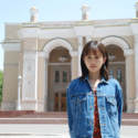 前田敦子、ナボイ劇場前にて、映画『旅のおわり、世界のはじまり』メイキング写真