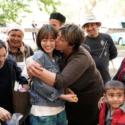 現地の女性にキスされる前田敦子、映画『旅のおわり、世界のはじまり』メイキング写真