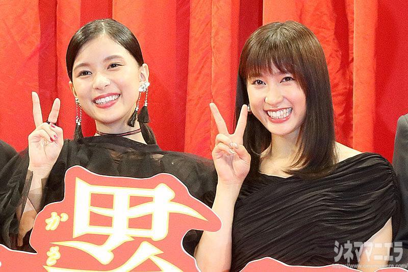 笑顔でVサインをする土屋太鳳×芳根京子『累』一人二役、二人一役を語る