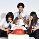 左から松本穂香、山田裕貴、齋藤飛鳥、リンゴモチーフの誕生日ケーキ