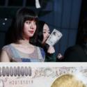 億男特製の模擬紙幣を握りしめる黒木華