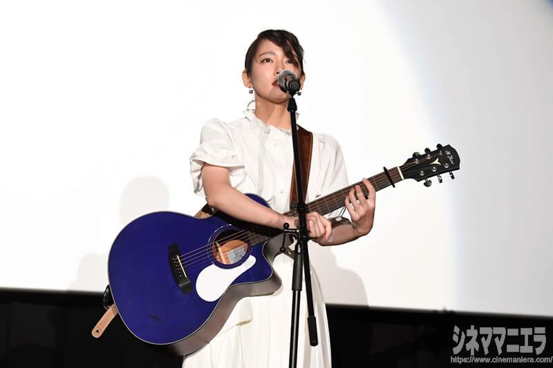 吉岡里帆、ギターを弾きながら熱唱