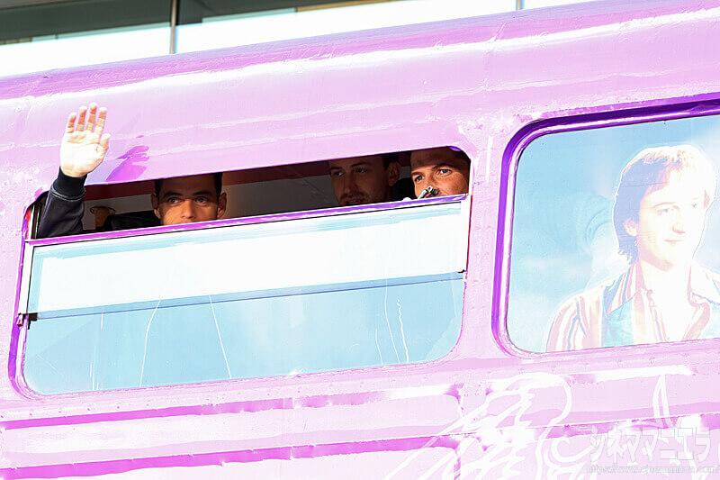 バスの中から手を振るラミ