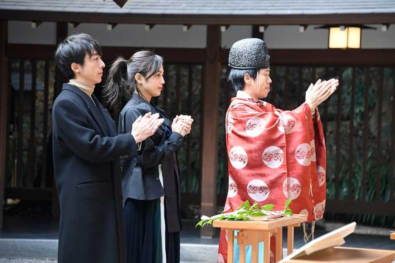 高橋一生と川口春奈、パワースポット「乃木神社」にて『九月の恋と出会うまで』を観た人たちの幸せを願い、心願成就の祈願