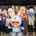 前列左から高橋茂雄、中岡創一、辻村深月、ドラえもん、広瀬アリス、柳楽優弥、八鍬新之介監督