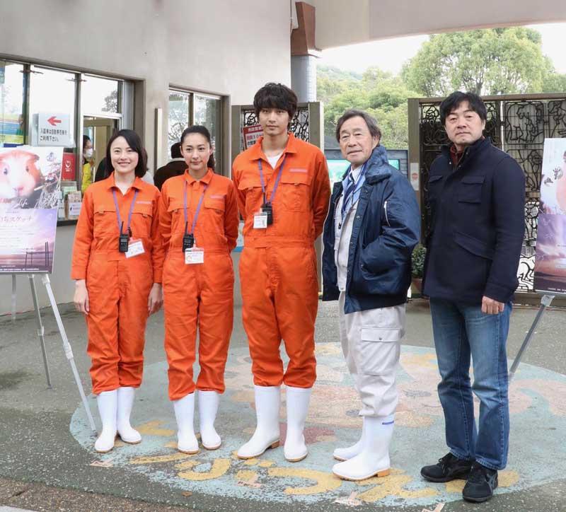 左から林田麻里、藤本泉、佐藤寛太、武田鉄矢、瀬木直貴監督