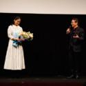 水谷豊監督、手嶌葵に花束を贈呈