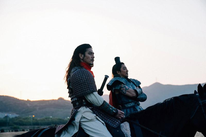 王騎(大沢たかお)と騰(要潤)