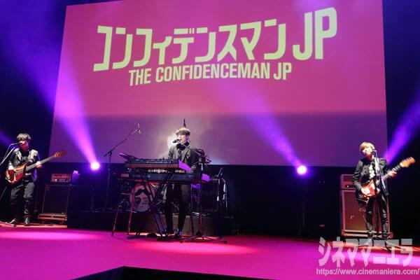 Official髭男dism (藤原 聡、小笹大輔、楢崎 誠、松浦匡希)が来場し、映画主題歌「Pretender」とドラマ主題歌「ノーダウト」のライブで幕を開け