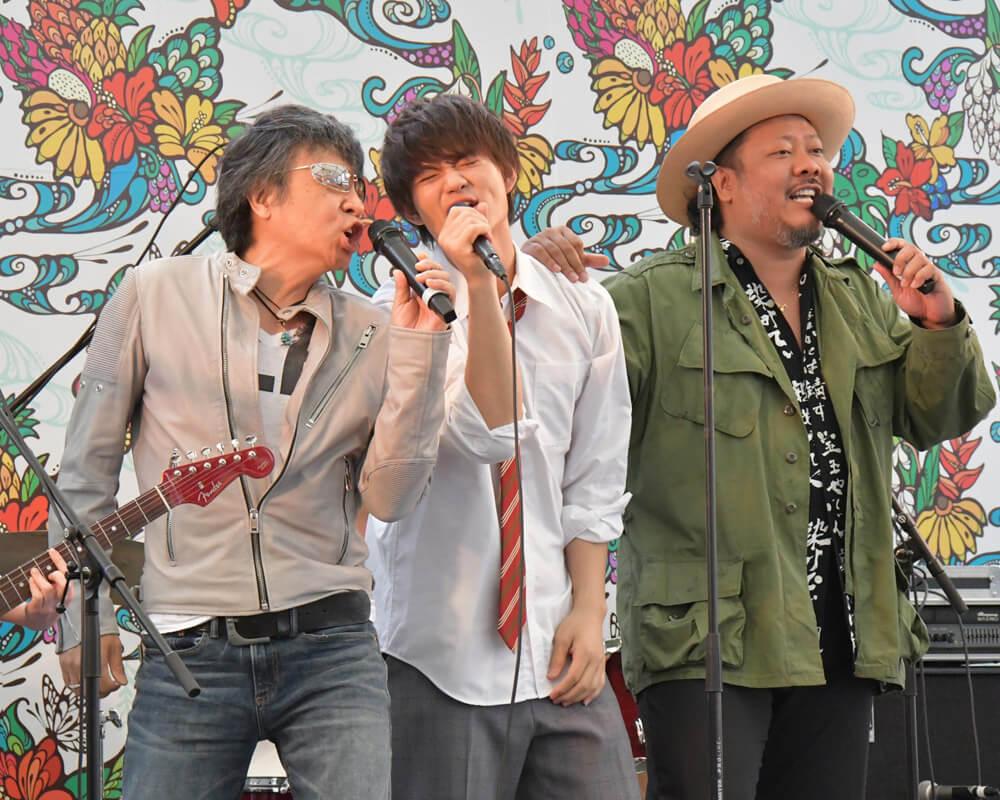 左から世良公則、佐野勇斗、MONGOL800の上江洌清作