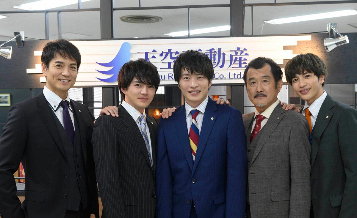 左から北村一輝、林遣都、田中圭、吉田鋼太郎、志尊淳