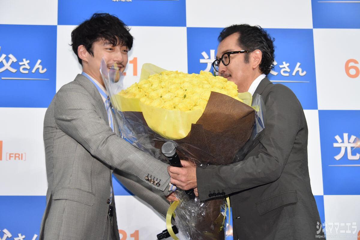 坂口健太郎が花束(黄色のバラ100本)をプレゼント!